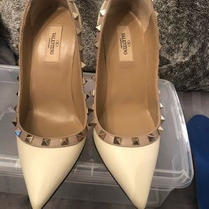 Valentino Off White And Tan Trim Leather Stud Pump